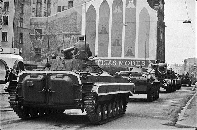 """7 ноября 1989 года. Рига. Улица Ленина. Военная техника следует с Комсомольской набережной в сторону центра. Справа вдали часы уже с рекламой """"Laima"""""""