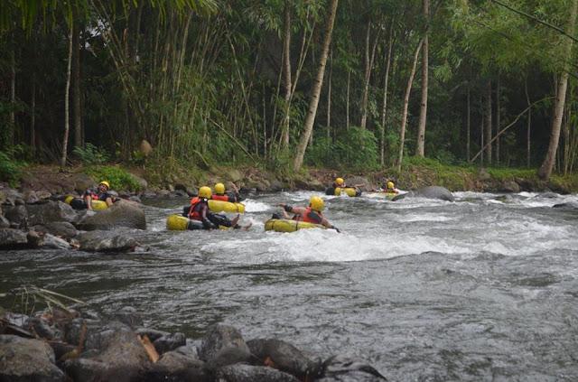 Tubing di Sungai Jambewangi, Kecamatan Sempu, Banyuwangi.