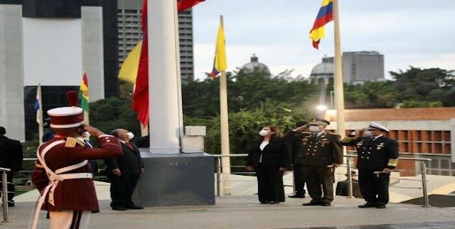 """Con la izada de la bandera en el Panteón Nacional, rindiendo honores al Libertador Simón Bolívar, este lunes 5 de julio comenzaron los actos conmemorativos por los 210 años de la Declaración de Independencia y día de la Fuerza Armada Nacional Bolivariana (FANB).  En la ceremonia participaron el ministro de la Defensa, Vladimir Padrino López, junto a la ministra de Interior Justicia y Paz, Carmen Meléndez, entre otros miembros del Gabinete Ejecutivo de la administración de Nicolás Maduro, así como representantes de la FANB.  Padrino López resaltó que """"hoy la República mantiene esos principios de Independencia y soberanía intactos""""."""