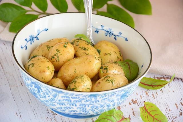 młode ziemniaki w łupinach