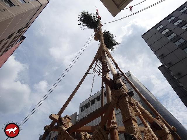 25 mètres de haut pour le mat d'un hoko du Gion matsuri de Kyoto