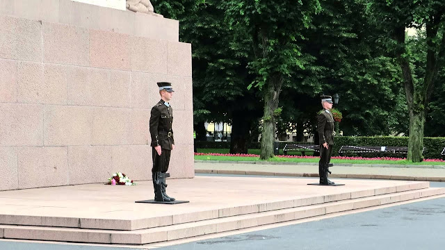 Goda sargs Rīgā pie Brīvības pieminekļa dažādos gados