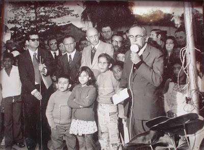 João Mendes discursando na inauguração do busto de Francisca Júlia, em 31-8-1973. Ao centro, de terno cinza, o prof. Sólon Borges dos Reis.