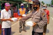 Jum'at Berkah, Polisi Bagikan Nasi Kotak untuk Tukang Becak Di Purbalingga
