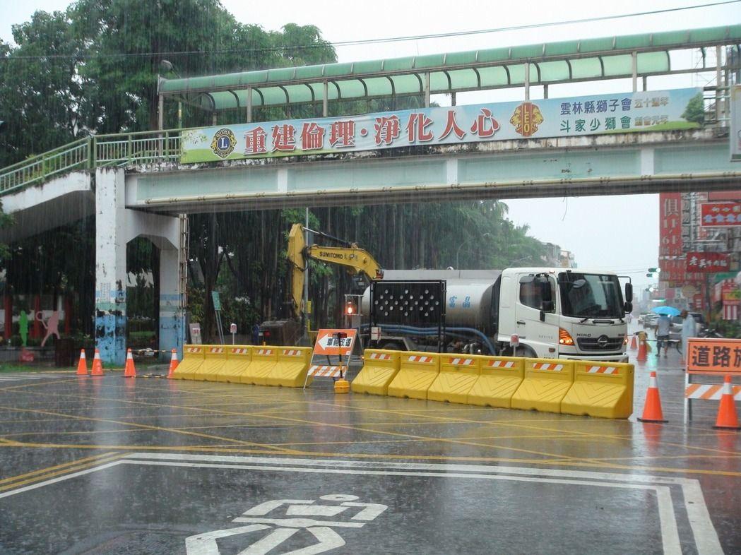 雲林斗六-時代變遷陸橋使用率低, 近日已拆除鎮東國小旁40年歷史的文化路陸橋!