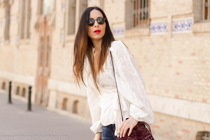 Ideas de outfits looks en Valencia que sean comodos y con estilo blogger influencer con vaqueros y blusa camisa blanca
