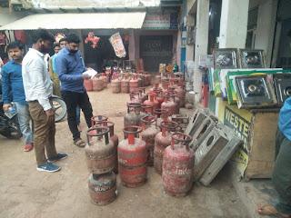 आपूर्ति विभाग की बड़ी कार्रवाई, छापेमारी में दो दर्जन से अधिक गैस सिलेंडर बरामद, होती थी कालाबाजारी | #NayaSaberaNetwork