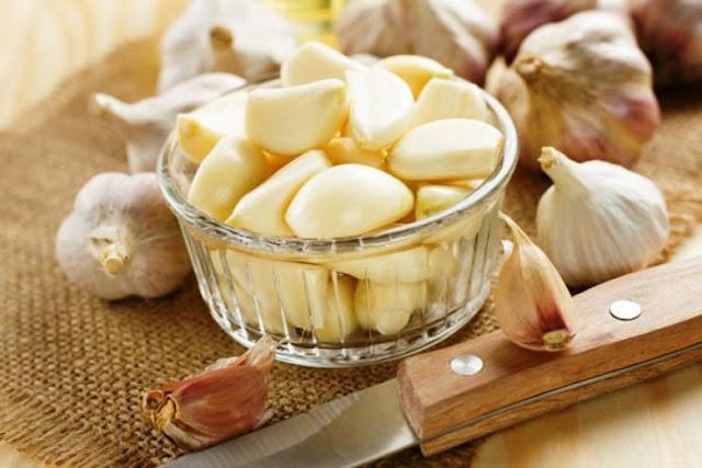 حيلة سهلة لتتخلّصوا من رائحة الثوم والبصل بعد أكلهما ثوان قليلة وتزول الرائحة