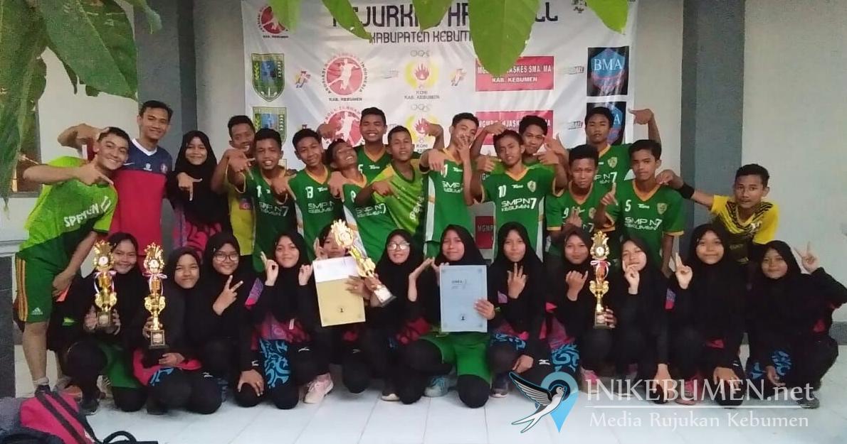 SMP 7 Kebumen Sandingkan Gelar Juara Bola Tangan Putra dan Putri