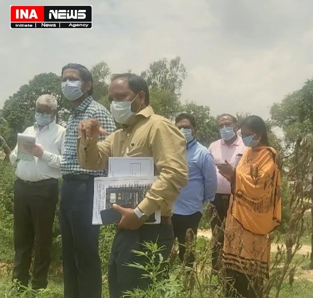 बंधे की जांच को जा रहे डीएम ने दो गांव के सचिवो व प्रधान के विरुद्ध दिए कार्यवाही के आदेश