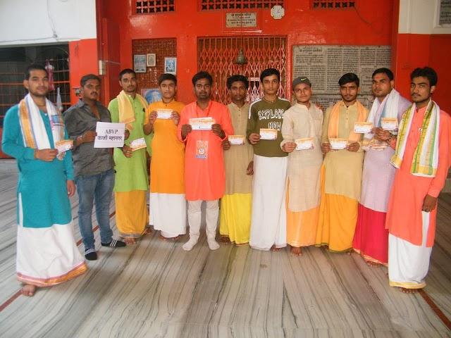 वाराणसी: मंदिर परिसर में रहनेवाले सैकड़ों बटुक विद्यार्थियों ने ली अभाविप की सदस्यता