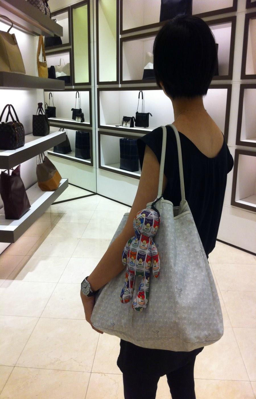 3a5bed3b29d Girl with medium PERIGOT Pan Club bear bag on white Goyard