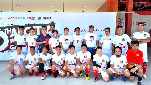 Junior Muñoz poses with Lipa-based club ACF Real Molinillo de Lipa.