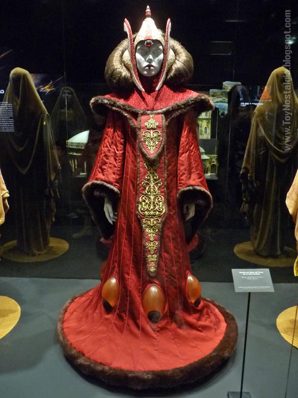 """Vestido real de la sala del trono, Padmé Amidala.  """"Episodio I, La amenaza Fantasma""""  (STAR WARS - The Exhibition)"""