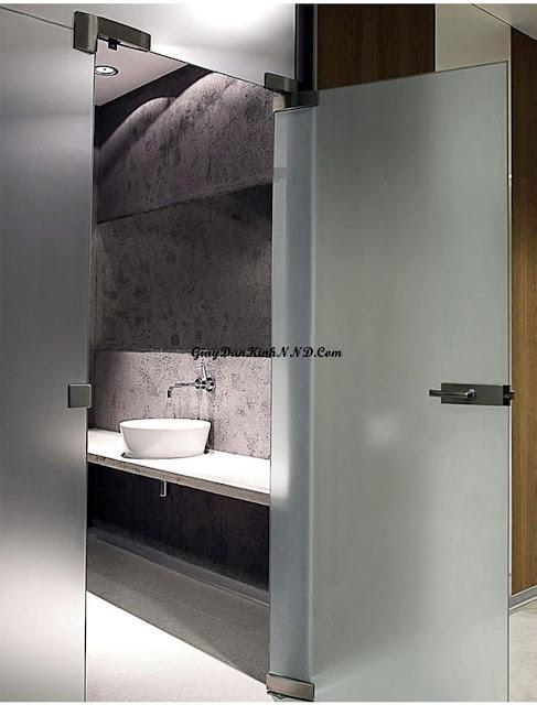 Sử dụng giấy dán kính mờ che phòng tắm