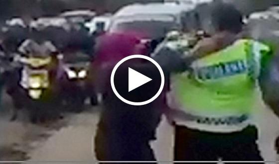 MEMANG Berani Betul! Wanita Belasah Polis Ketika Berkawal Di Jalan Tidak Sesak, Namun Tindakan Anggota Polis Membuatkan Ramai Terkejut