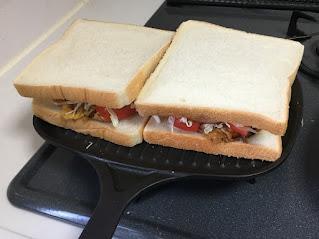 食パンを2枚並べて焼けるホットサンドトースター