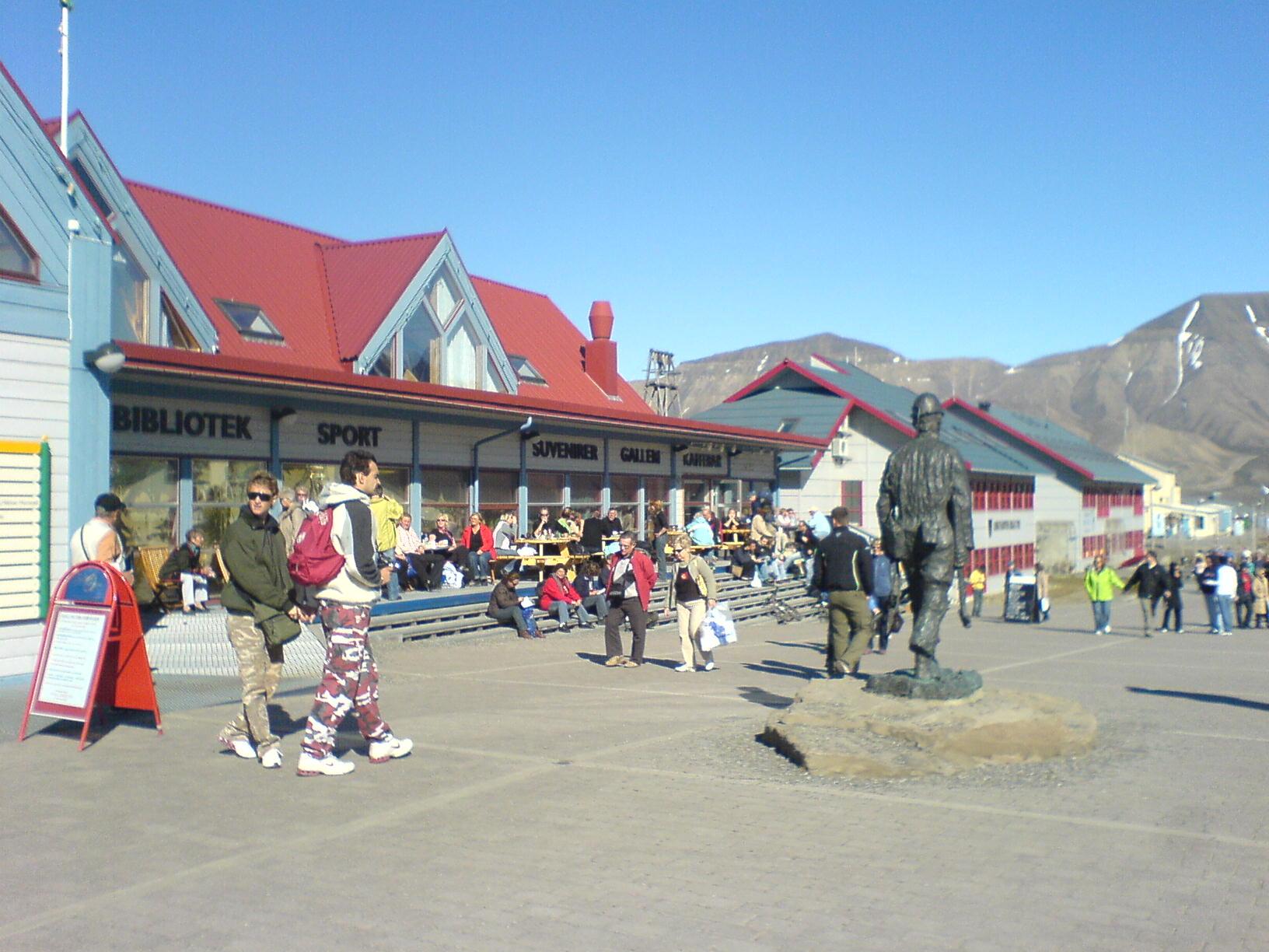Туристы в Лонгйире на Островах Шпицбергенаа