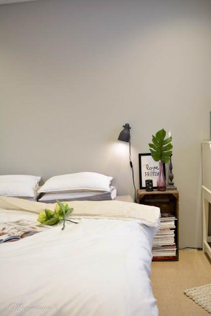makuuhuone sänky sisustus vanha omenalaatikko yöpöytä