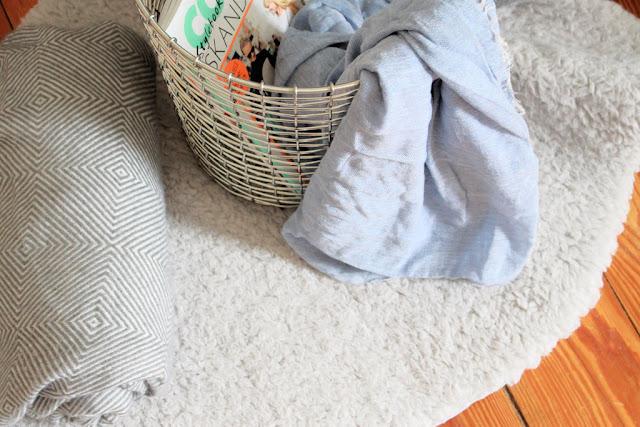 Aufbewahrung im Korb im Wohnzimmer