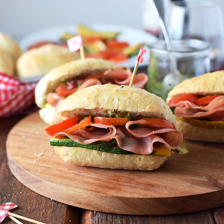 Receta para preparar sandwich de mortadela con calabacin y tomate
