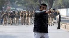 Jamia university में pistol लहराने वाला कौन?