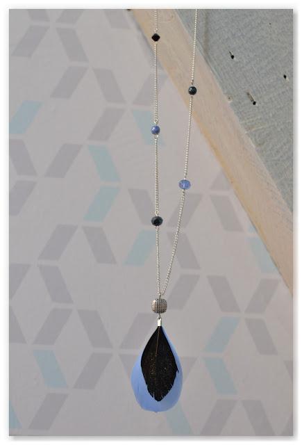 sautoir argenté, noir et bleu
