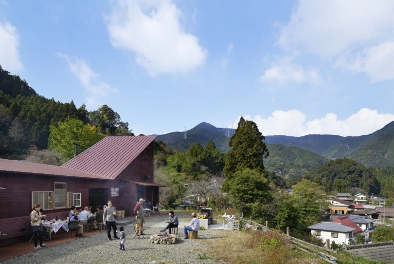 11-Kamikatz-Public-House-a-Pub-in-Japan-Built-out-of-Recycled-Materials-Hiroshi-Nakamura-&-NAP-www-designstack-co