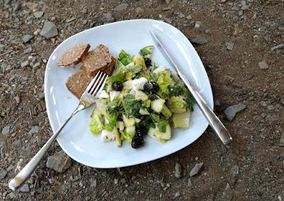Grüner Salat mit Zucchini, Feta und Oliven