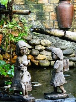 Mẹ và con bên dòng suối