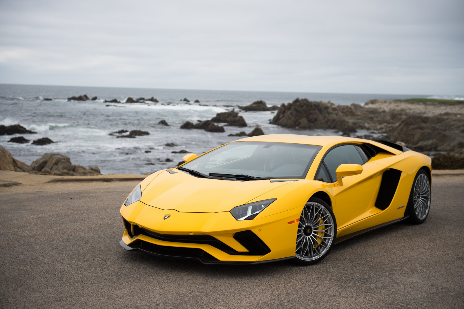 lamborghini highlights its lineup at pebble beach. Black Bedroom Furniture Sets. Home Design Ideas
