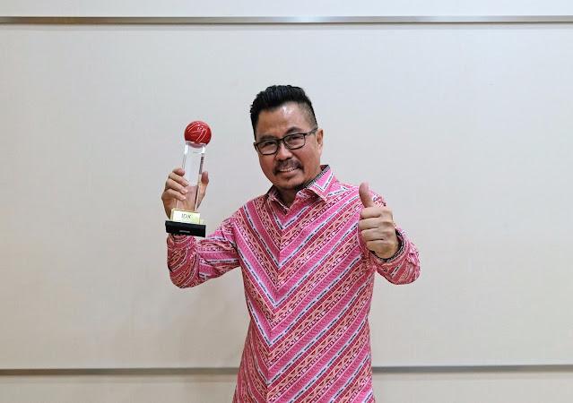 Djoko Tata Ibrahim, Deputy CEO Smartfren saat menerima penghargaan IDX Channel Anugerah Inovasi Indonesia 2021