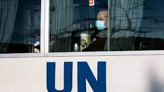 موظف في وكالة غوث وتشغيل اللاجئين الفلسطينيين يضع كمامة واقية من فيروس كورونا ويستقل حافلة الوكالة متوجها إلى العمل في العاشر من تشرين الثاني/نوفمبر 2020 محمد عبد ا ف ب