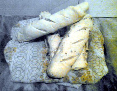 Cuatro panes de queso y chicharrones, recién horneados.