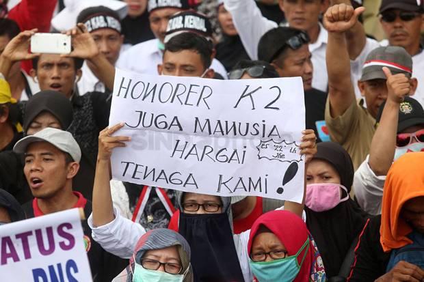 24 Jam Lebih 'Kepung' Istana Negara, Kaum Honorer Menangis Kecewa