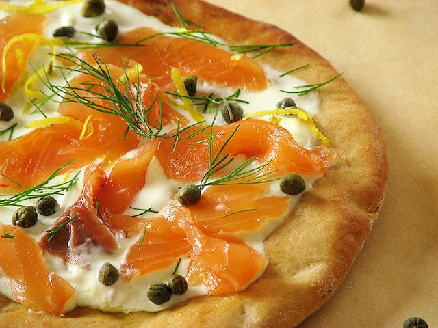 Pizzas fait maison au saumon fumé et à l'aneth sur le carnet sur l'étagère
