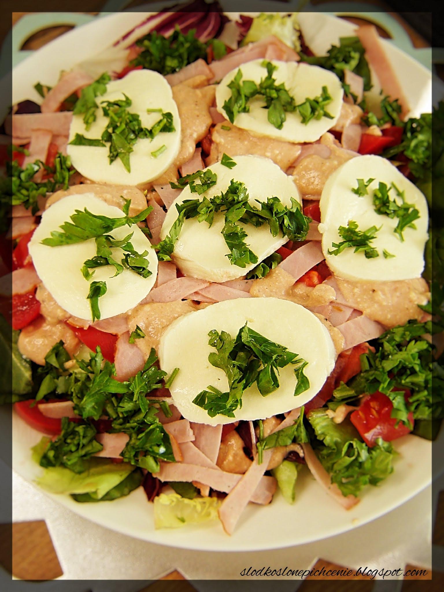 Sałatka z mozzarellą i kiełbasą żywiecką