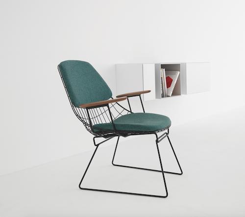 Post vom dem Blog LEUCHTEND GRAU: Stuhl aus Metall mit grünen Polstern und Armlehnen aus Holz