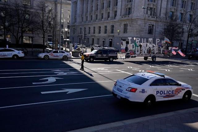 Meztelenül tartóztattak le egy férfit, miután ellopott egy rendőrautót, majd balesetet okozott vele