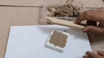 تسوية عجينة الخشب مع سطح القالب