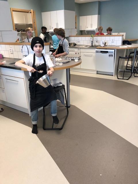 Vi har tillsammans med 5 2 idag bakat kladdkakemuffins till eleverna som de  får att äta till filmen. b722396fac5f7