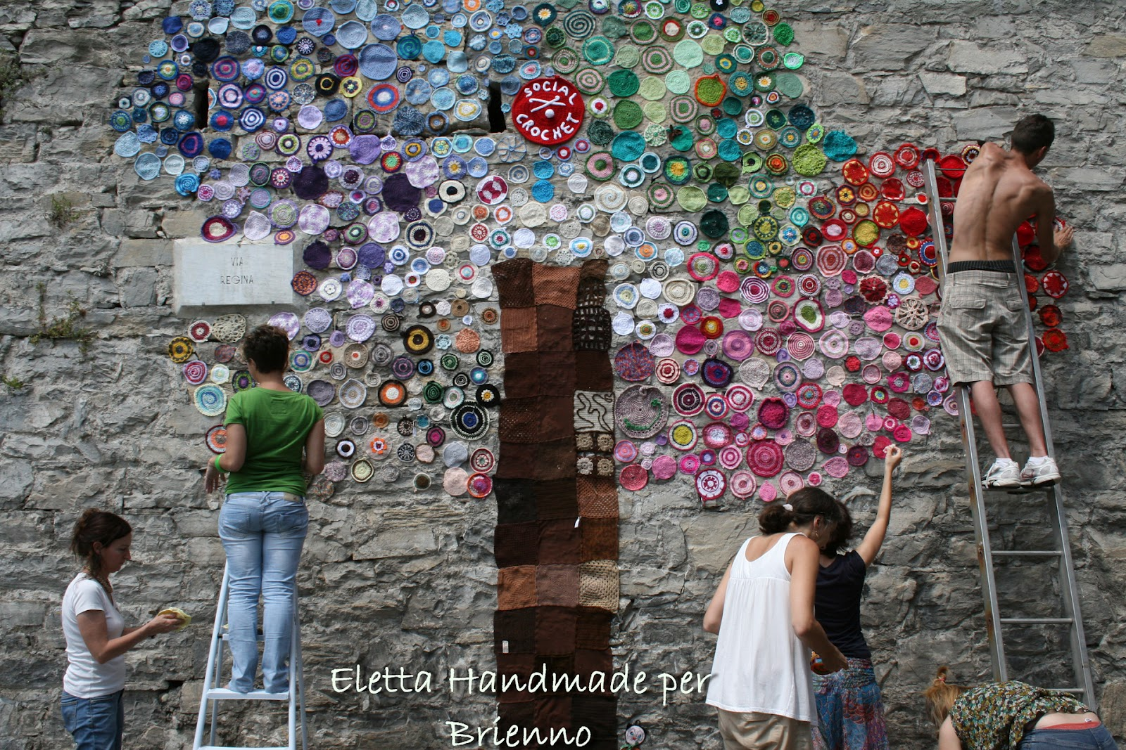 l'albero dell'allestimento di Urban Knitting a Brienno - luglio 2012