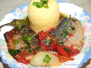 Saramura de peste cu legume reteta de casa la gratar grill tigaie macrou rosii si ardei copti usturoi sos tomat retete mancare saramuri friptura gratare mamaliga,