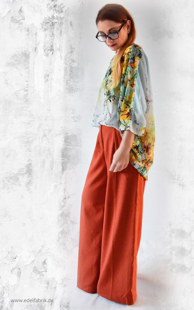 Look mit weiter Hose in Orange und Blumenmuster Bluse