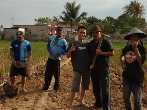 Gunakan Dana Swadaya ; Masyarakat Buaran Jati Gotong Royong Perbaiki Akses Jalan