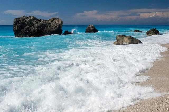 Maré alta - Praia de Kalamitsi beach, Ilha Lefkada, Grécia - Ggia - Wikimedia Commons