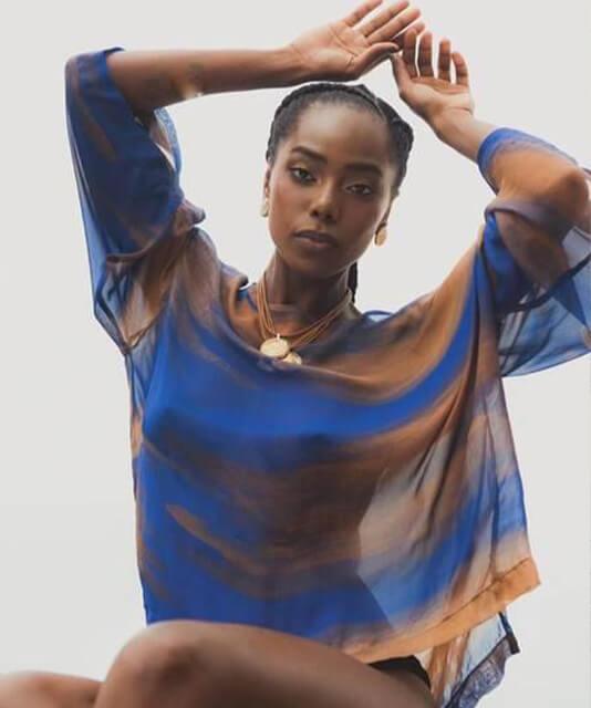 Atriz Jessica Cores com blusa azul fluida