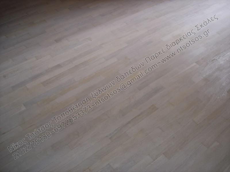 Βάψιμο ξύλινου πατώματος σε άσπρο χρώμα