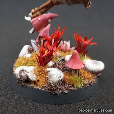 Peana con flores rojas