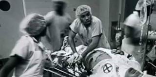 Η φωτογραφία που συγκλονίζει: Μαύρος γιατρός κάνει τα πάντα για να σώσει τη ζωή ρατσιστή
